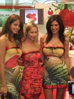 Entre les fruits et légumes, de charmantes hôtesses savent vendre Israël...par leur simple sourire