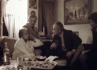 Le PM Shimon Pérès et Anne Sinclair chez Simone Signoret et Yves Montand à Paris