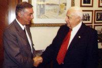 L'Ambassadeur Jacques Huntzinger et le Premier Ministre Ariel Sharon